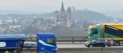 Lastwagen auf der Autobahn bei Limburg