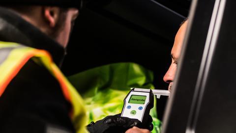 Ein Polizist kontrolliert einen LKW-Fahrer an der Raststätte Wetterau Ost auf Alkoholkonsum.