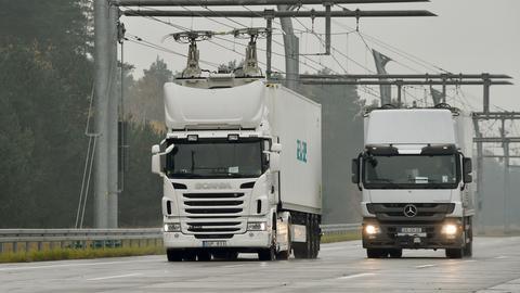 Zwei LKW mit Oberleitung