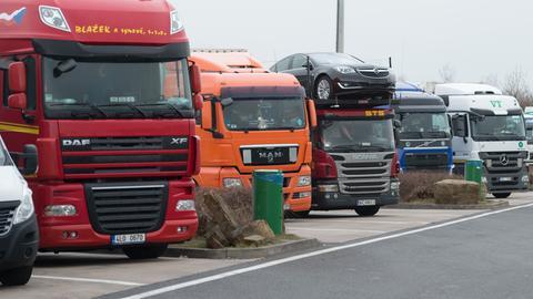 LKW-Parkplätze an einer Autobahn