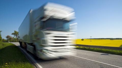 Ein Lastwagen unterwegs auf einer Bundestraße.