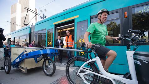 Fahrradkurier holt Päckchen bei Logistiktram ab