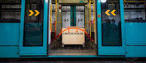 Logistiktram in Frankfurt mit Paketkiste
