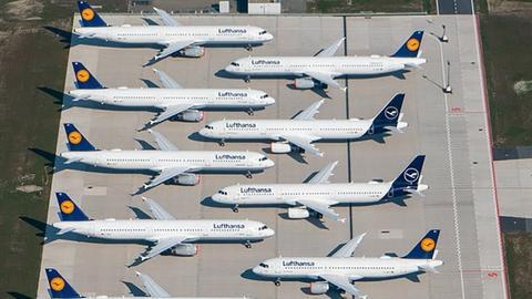 Maschinen der Fluggesellschaft Lufthansa stehen auf dem Areal des Hauptstadtflughafens Berlin-Brandenburg (BER) abseits der Start- und Landebahn.