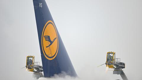 Lufthansa: Eine Boeing wird vor dem Start am Frankfurter Flughafen enteist.