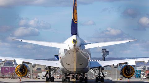 Abgestellte Lufthansa-Boeing 747 mit eingepackten Triebwerken als Folge des sehr starken Passagierrückgangs in der Corona-Krise.