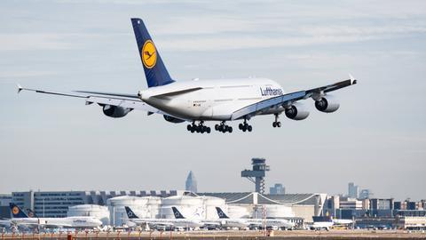 Ein Lufthansa-Flieger startet in Frankfurt.