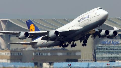 Lufthansa-Jumbo am Frankfurter Flughafen