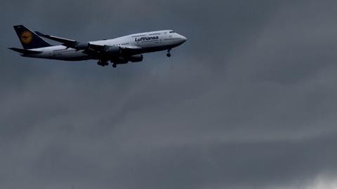 Lufthansa-Jumbo vor dunklen Wolken