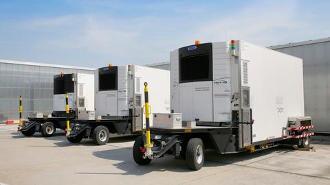 """Drei Kühltransporter stehen auf dem Gelände des """"Pharma Hub""""."""