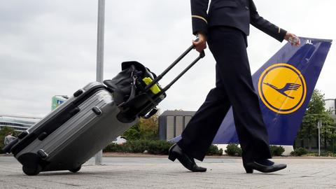 Eine Flugbegleiterin der Lufthansa auf dem Weg zur Arbeit