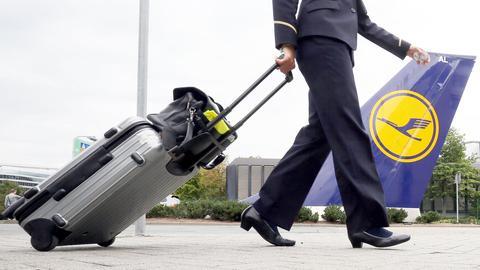 Eine Flugbegleiterin geht auf dem Flughafen in Frankfurt am Main zur Arbeit in die Lufthansa-Basis.