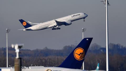 Startende Lufthansa-Maschine, Lufthansa-Flieger am Boden am Flughafen