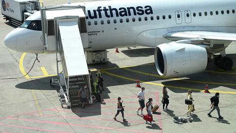 Flugreisende in Frankfurt beim Ausstieg aus einer Lufthansa-Maschine.