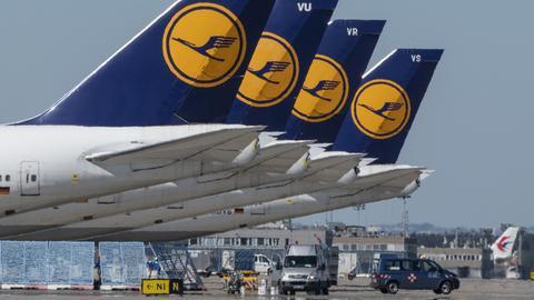 Stillgelegte Passagiermaschinen der Lufthansa stehen auf dem leeren Rollfeld des Flughafen Frankfurt.