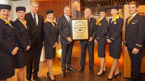 Lufthansa-Chef Carsten Spohr feiert den Marketing-Erfolg.