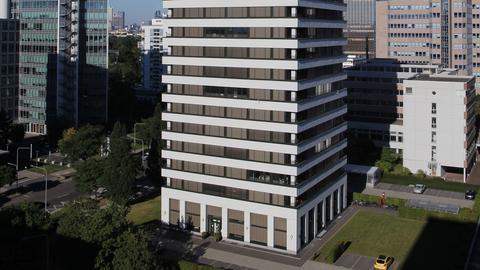 Dieses Bürohaus aus den 1960er-Jahren in der Frankfurter Lyonerstraße wurde in ein Wohnturm mit 98 Wohneinheiten umgewandelt.