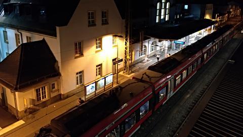 Der Marburger Hauptbahnhof bei Nacht.