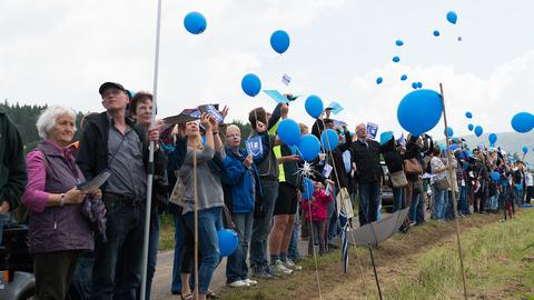 Teilnehmer bei der Menschenkette gegen einen geplanten Salzsee in Oberweser