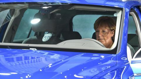 Bundeskanzlerin Merkel (CDU) hinter dem Steuer eines Autos