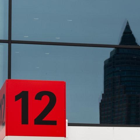 Symbolfoto Messe Frankfurt: Messeturm spiegelt sich am Messegebäude der Halle 12