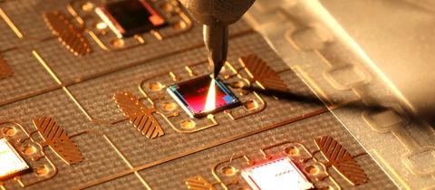 Nahaufnahme aus der Produktion der Microchips
