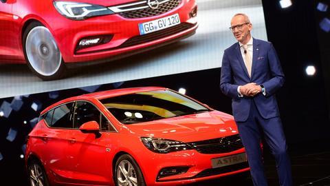Opel-Vorstandschef Neumann auf der IAA 2015 mit dem Astra.