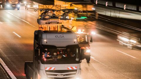 Testfahrt in Schrittgeschwindigkeit: Oberleitungs-Laster auf der A5