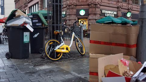 Ist das Müll? Kann das weg? obike-Leihrad in der Frankfurter Schillerstraße.