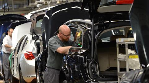 Arbeiter im Opel-Werk