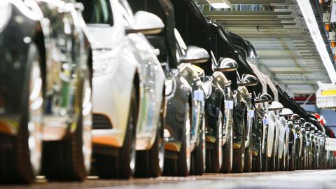 Opel-Neuwagen bei der Fertigung im Werk.