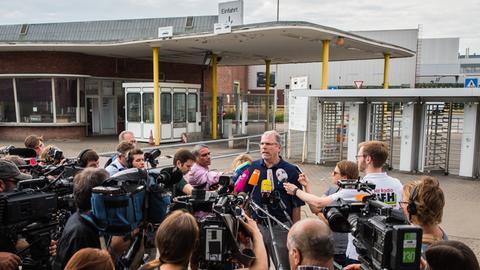 Der Betriebsratschef Wolfgang Schäfer-Klug beantwortet Fragen der Presse.