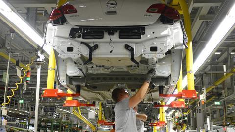 Opel-Mitarbeiter montieren einen Astra