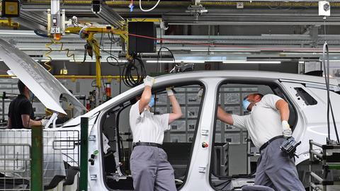 Drei Männer montieren einen Opel Grandland-X