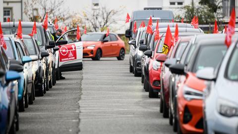 Ein Demoteilnehmer steigt auf dem Parkplatz des Adam-Opel-Hauses in sein Fahrzeug.