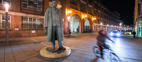 Die Statue des Firmengründers Adam Opel vor dem historischen Firmenportal des Autobauers.
