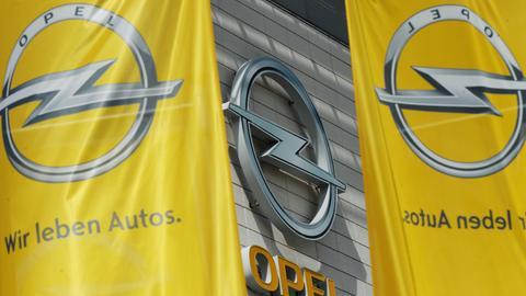 Fahnen wehen vor der Zentrale der Adam Opel GmbH in Rüsselsheim