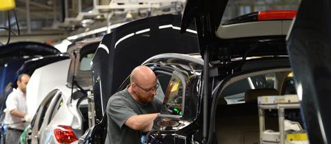 Ein Opel-Mitarbeiter bei der Montage.