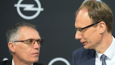 Opel-Chef Michael Lohscheller (re) und PSA-Chef Carlos Tavares (li.)
