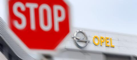 Stop-Schild vor einem Opel-Schriftzug