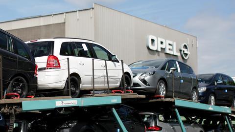 Zafiras stehen vor einem Opelwerk auf einem Autotransporter.