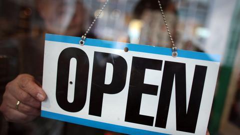 Open-Schild an einem Geschäft.
