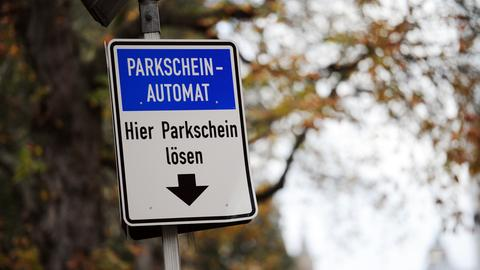 Nicht-Frankfurter müssen künftig deutlich häufiger in Frankfurt ihren Parkschein lösen.