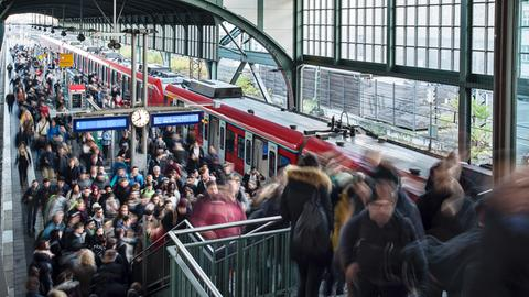 Fahrgäste am überfüllten Bahngleis