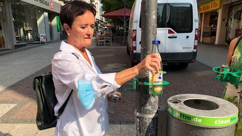 Umweltdezernentin Rosemarie Heilig (Grüne) präsentiert das neue Pfandringprojekt in Frankfurt.