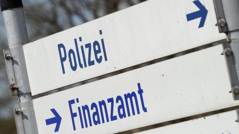 Zwei Schilder mit der Aufschrift Finanzamt und Polizei (Archivbild)