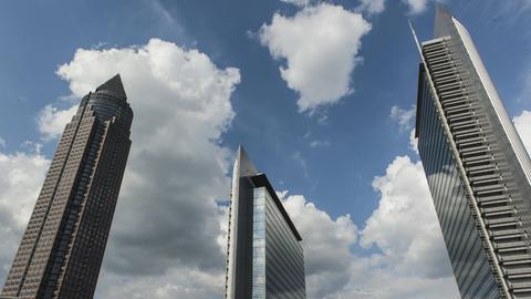 Im Pollux-Hochhaus (re., daneben Kastor und Messeturm) wurde ein Gründerzentrum für junge Finanzfirmen eröffnet.