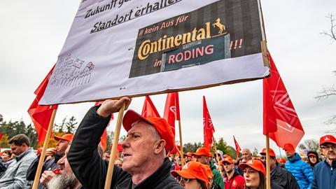 Beschäftigte demonstrieren in Roding gegen Continental-Werkschließungen