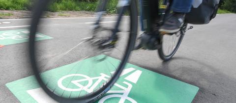 Ein grünes Piktogramm kennzeichnet den Radschnellweg zwischen Frankfurt und Darmstadt