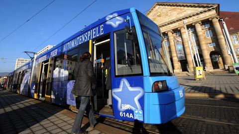Straßenbahn in Kassel steht an Haltestelle